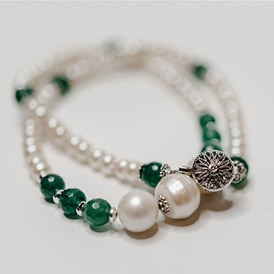 White fresh water pearl complemented with green agate stone and a large fresh water pearl centre arrangement. Price: R595.00